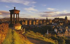 A COUPLE STOP TO ADMIRE THE VIEW FROM CALTON HILL, LOOKING WEST TO THE CASTLE AND OLD TOWN, EDINBURGH. PIC: P.TOMKINS/VisitScotland/SCOTTISH VIEWPOINT Tel: +44 (0) 131 622 7174   Fax: +44 (0) 131 622 7175 E-Mail : info@scottishviewpoint.com This photograph can not be used without prior permission from Scottish Viewpoint.