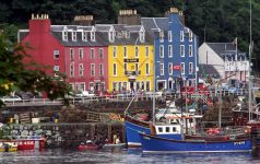 FISHING BOATS MOORED AT THE HARBOUR AT TOBERMORY WITH THE COLOURFULLY PAINTED HOUSES BEHIND, ISLE OF MULL, INNER HEBRIDES. PIC: P.TOMKINS/VisitScotland/SCOTTISH VIEWPOINT Tel: +44 (0) 131 622 7174   Fax: +44 (0) 131 622 7175 E-Mail : info@scottishviewpoint.com This photograph can not be used without prior permission from Scottish Viewpoint.