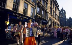 THE ROYAL MILE DURING THE FESTIVAL, EDINBURGH.PIC: P.TOMKINS/VisitScotland/SCOTTISH VIEWPOINTTel: +44 (0) 131 622 7174  Fax: +44 (0) 131 622 7175E-Mail : info@scottishviewpoint.comThis photograph can not be used without prior permission from Scottish Viewpoint.