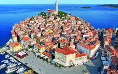 Kroatien. Istrien. Rovinj. Luftaufnahme von Rovinj in Istrien  mit Blick auf die Altstadt. Im Hintergrund eine Inselkette.
