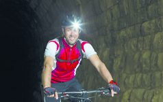 Portrait Mountainbiker mit Stirnlampe