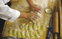 Schlutzkrapfen: Mit Spinat und Topfen gefüllte Teigtaschen aus Roggen- und Weizenmehl, serviert mit Nussbutter und Parmesan: die markanteste Synthese zweier kulinarischer Kulturen.