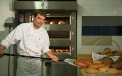 Juniorchef Reinhold beim täglichen Brotbacken © Sonnenhotel Adler