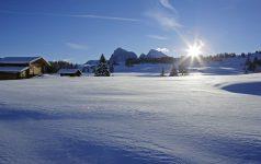 Die unberührte Winterlandschaft der Seiser Alm ist frühmorgens ein beliebter Ausgangspunkt für Winterwanderer sowie Abenteurer auf Schneeschuhen und Tourenski.